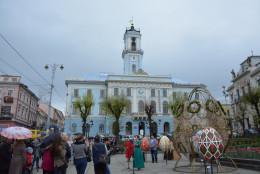 На час Великодніх свят у Чернівцях встановили 5 великих писанок
