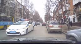 Чернівецький полісмен накричав на водія за те, що той зупинився, щоб пропустити його авто (відео)