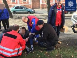 У Чернівцях патрульні допомогли чоловікові, в якого стався напад епілепсії