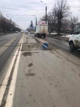 У Чернівцях на Героїв Майдану після ремонту водогону комунальники залишили величезну яму (фото)