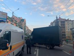 У Чернівцях на вулиці Героїв Майдану зіткнулась вантажівка з мотоциклом