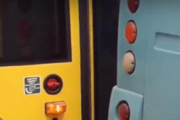 У Чернівцях на Головній зіштовхнулися тролейбус і мікроавтобус