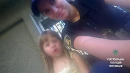 Патрульні у Чернівцях допомогли маленькій дівчині знайти маму