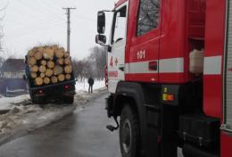 На Буковині вантажівка з'їхала з траси у кювет: причеп із деревом перегородив проїзд дорогою (фото)