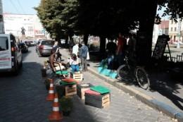 Біля Чернівецької міськради на місці парковки облаштували лаунж-зону (фото)