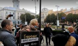 """""""Брехуни, душогуби!"""": в Чернівцях жінка облаяла Зеленського й Осачука (відео)"""