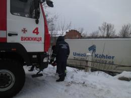 На Буковині вантажівка з'їхала з дороги на узбіччя (фото)