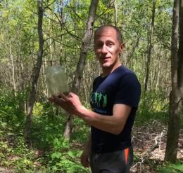 На Буковині відомий спортсмен у себе вдома впіймав гадюку (відео)
