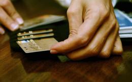 На Буковині в кафе зловмисник викрав у чоловіка банківську картку