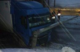 У Чернівцях вантажівка врізалась в електроопору (фото)