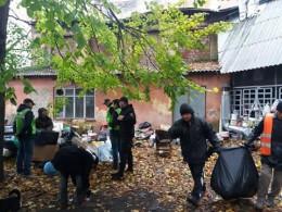 У Чернівцях безпритульна жінка влаштувала стихійне сміттєзвалище у дворі (відео)
