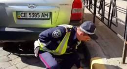 З даішником, який кидав окурки на дорозі у Чернівцях, провели профілактичну роботу