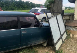 """На Буковині п'яний водій """"ВАЗ"""" протаранив ворота та хотів дати хабар поліцейським"""