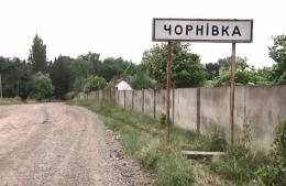 У селі під Чернівцями невідомий пошкодив покриття футбольного поля