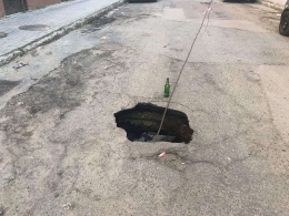 На двох вулицях Чернівців посеред дороги провалився асфальт (фото)