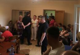 Після блокування сільради в Ломачинцях депутатів-заручників звільнили після 12 годин роботи сесії