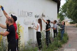 У Чернівцях замальовували посилання на сайти наркоторговців (фото)