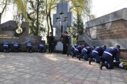 Чернівецькі школярі разом з Михайлішиним відпустили у небо 27 білих кульок (фото)
