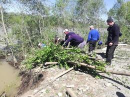 На Вижниччині продовжують укріплювати дамбу, яку розмив паводок на Черемоші (фото)