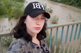 Горе-матір, яка сховала тіло мертвого сина у валізі, відпустили