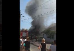 У Чернівцях в Садгорі горить житловий будинок