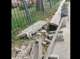 Чернівчанка обурилася через розбитий паркан та лавочки у центрі міста (відео)