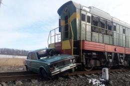 На Буковині потяг протаранив легковик, водій в лікарні