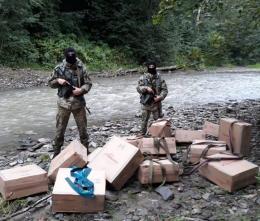 На Буковині контрабандисти втекли через річку, покинувши ящики з цигарками