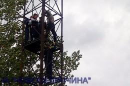 На Буковині п'яну дівчину з прожекторної вежі знімали міліціонери і рятувальники. (фото+відео)