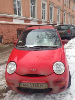 У Чернівцях біля лікарні розбили скло в автівці переселенки