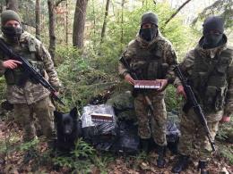 На Буковині службовий собака знайшов сховок цигарок у Красноїльську (фото)