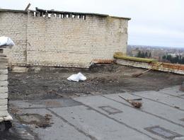 У Чернівцях на даху багатоповерхівки знайшли тіло людини