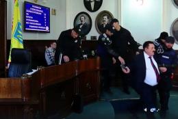 У Чернівцях поліція силоміць вивела з міськради самопроголошеного «народного бургомістра»