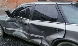 У Чернівцях невідомі пошкодили машину і втекли з місця ДТП