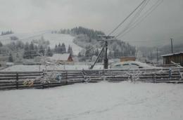 У селі на Буковині досі йде сніг (фото)