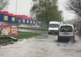 """У районі """"Епіцентру"""" в Чернівцях затопило вулицю (відео)"""
