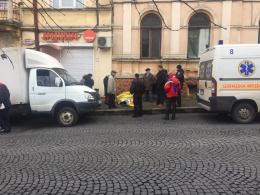 У центрі Чернівців посеред вулиці раптово помер чоловік
