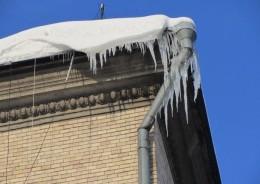 Зі школи, де навчався Михайлішин на жінку впала брила льоду...