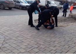У Чернівцях патрульні затримали п'яного, який чіплявся до перехожих