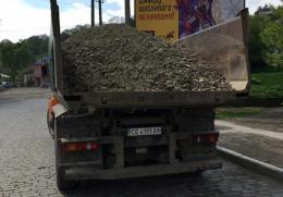 У Чернівцях почали штрафувати водіїв вантажівок за перевезення сипучих матеріалів без тентів.