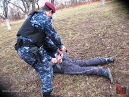Чоловіка, який був у розшуку в Чернівецькій області, затримали у Франківську
