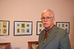 «Бачу лише на одне око, й то заледве»: відомий художник із Чернівців просить про допомогу