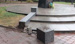 У центрі Чернівців вандали пошкодили майданчик біля пам'ятника Федьковичу