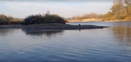 Серед білого дня у Чернівцях нахабно крадуть з Прута гравій (відео)
