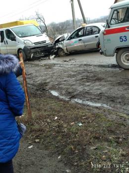 На Буковині лоб в лоб зіткнулось таксі та мікроавтобус