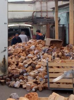 У мережі обурились через масштабну гору викинутого хліба  у Чернівцях
