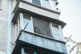 У Чернівцях з балкона сьомого поверху випав 36-річний чоловік