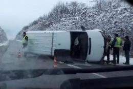На Буковині посеред дороги перекинувся мікроавтобус (відео)