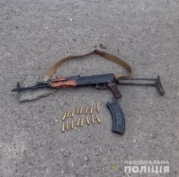 На Буковині під час конфлікту з дружиною чоловік погрожував автоматом сусідам