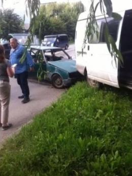 На Героїв Майдану у Чернівцях зіткнулись легковик та фургон, є постраждалі (фото)
